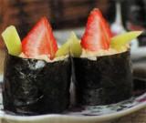 Гунканмаки суши с клубникой и киви