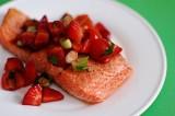 Жареный лосось с клубничной сальсой