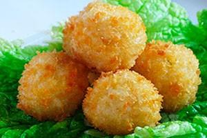 Рисовые шарики с начинкой из сыра и курицы